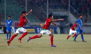 Kapten tim nasional Indonesia, Evan Dimas Darmono (6) meluapkan kegembiraan usai mencetak gol ke gawang timnas Thailand dalam pertandingan kualifikasi grup B AFF U-19 Championship 2013 di Gelora Delta Sidoarjo, Jatim, Senin (16/9/2013).