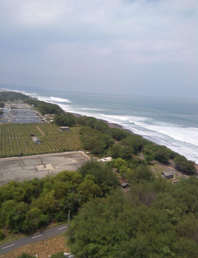 Menikmati Pantai dari Puncak Mercu Suar