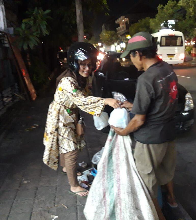 Salurkan Nasi Bungkus Setiap Jumat Malam, Komunitas KNB Konsisten Berbagi untuk Kaum Dhuafa