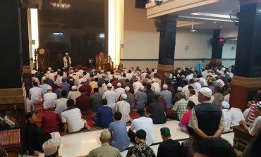 Ribuan Umat Muslim Bali Rapatkan Barisan,  Tunaikan Shalat Shubuh Akbar Berjamaah