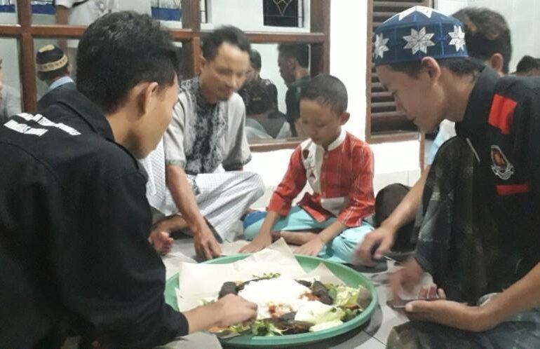 Uniknya Bukber di Musholla UBK Jimbaran, Tradisi Megibung Rekatkan Uhkuwah Islamiyah Antar Jamaah