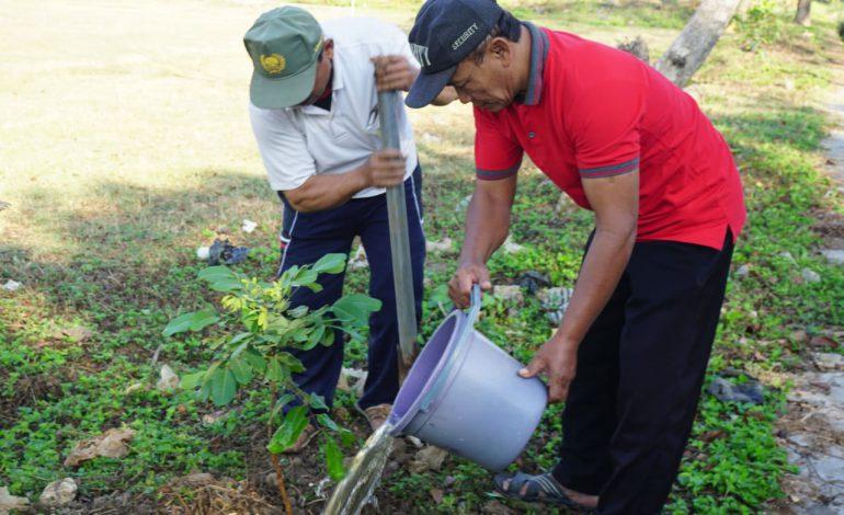 Mahasiswa KKN IAIN Surakarta Kelompok 101 Menanam Bibit Pohon Bersama Warga Ngijo