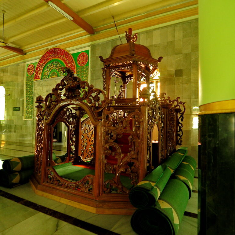 6 Rekomendasi Kayu Terbaik untuk Mimbar Masjid