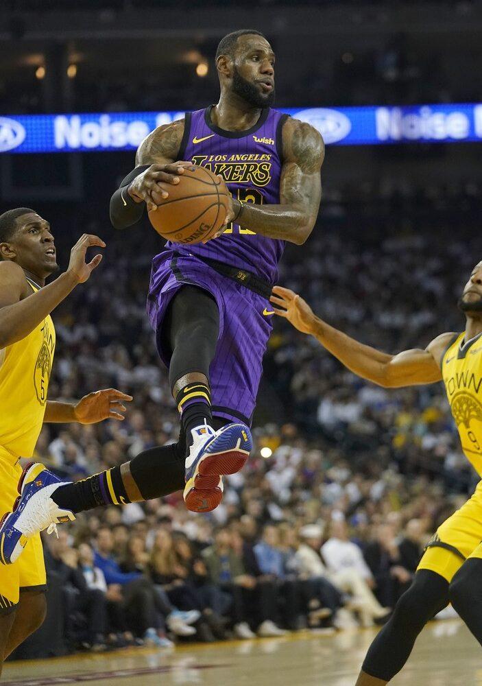 """James kembali Ukir Prestasi """"triple-double"""", Blocking Lakers Permalukan Pistons"""