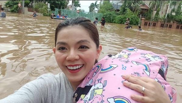 Tetap Tenang Meski Banjir, Public Figure ini Tuai Banyak Komentar!